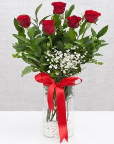cam vazo içerisinde 5 adet kırmızı gül  Siirt çiçekçi mağazası