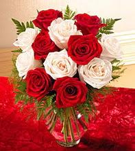 Siirt çiçek siparişi sitesi  5 adet kirmizi 5 adet beyaz gül cam vazoda