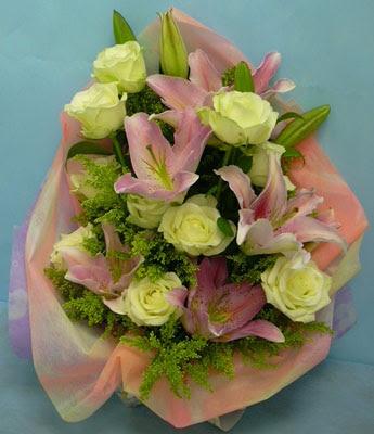 11 adet gül ve 2 adet kazablanka buketi  Siirt çiçek gönderme