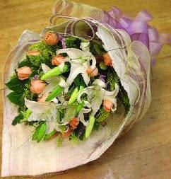 Siirt çiçek gönderme  11 ADET GÜL VE 1 ADET KAZABLANKA