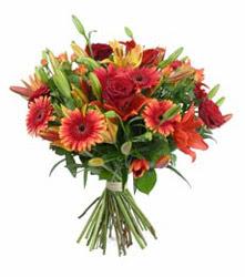 Siirt kaliteli taze ve ucuz çiçekler  3 adet kirmizi gül ve karisik kir çiçekleri demeti