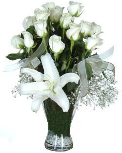 cam içerisinde 11 beyaz gül ve 1 kazablanka  Siirt çiçek yolla